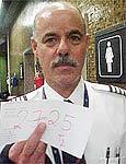 piloto da American Airlines cumprimenta os funcionarios do aeroporto na foto